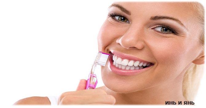 девушка чистит зубы зубной щеткой