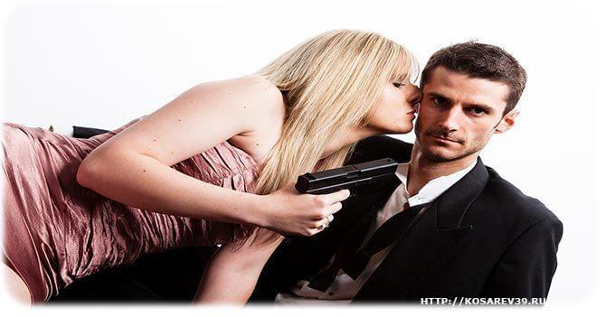 Женщина пилит мужа