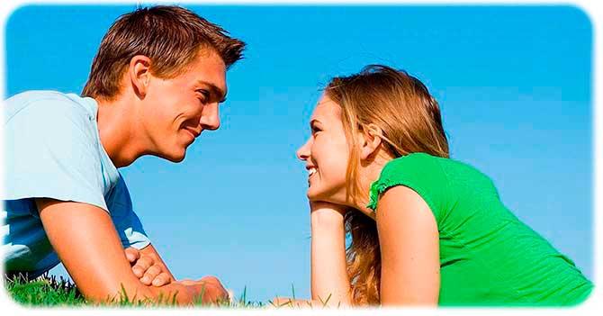 Счастливая женщина рядом с мужчиной