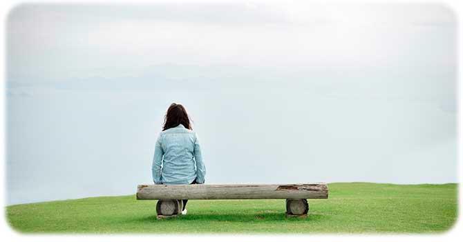 Девушка скучает от одиночества