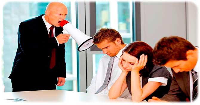 Начальник критикует работников